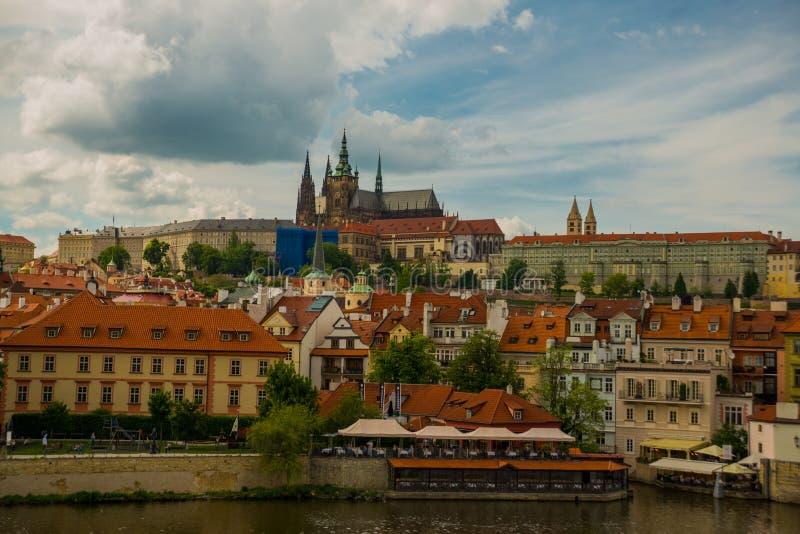 Prague, République Tchèque : Vue de rivière de Moldau jusqu'au dessus du château de St Vitus Cathedral et de Prague images libres de droits