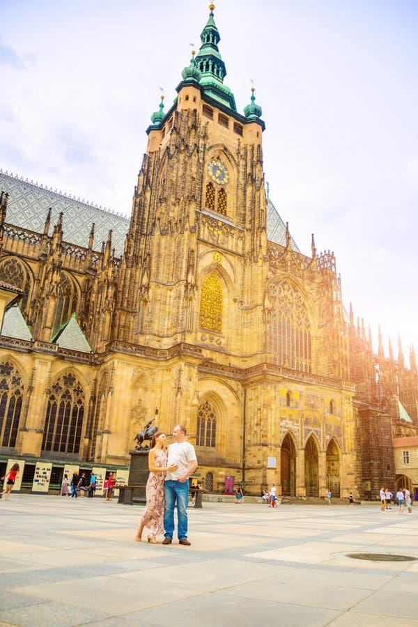 Prague, R?publique Tch?que - 16 07 2019 : Jeunes couples marchant dans la vieille ville de Prague photos stock