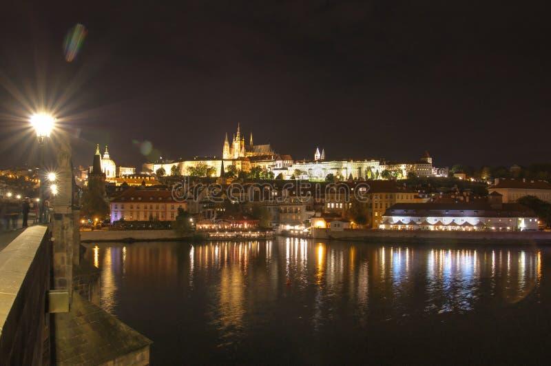 Prague, rivière de Vltava, château de Hradcany, République Tchèque - vue de pont du ` s de Charle, scène de nuit image stock