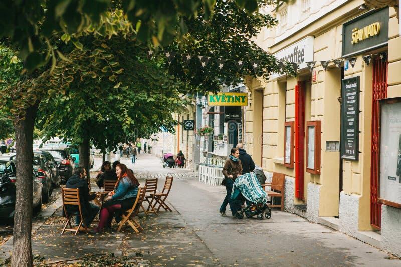 Prague September 24, 2017: Det vanliga livet av lokalinvånare i Tjeckien En grupp människor sitter i a arkivfoton
