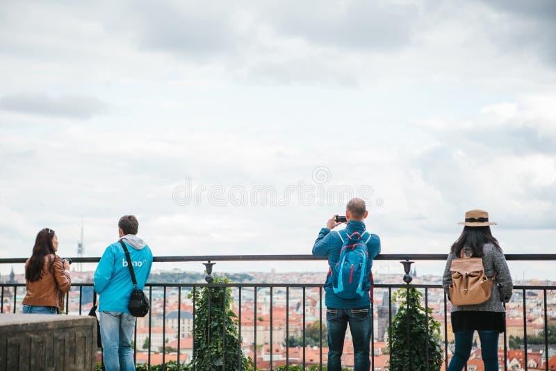 Prague September 18, 2017: Folket eller turister på observationsdäcket beundrar den härliga arkitekturen av staden och royaltyfri fotografi