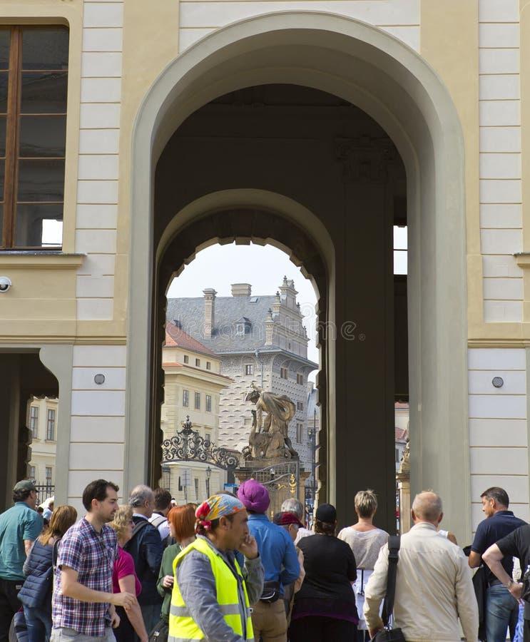 PRAGUE SEPTEMBER 15: Folkmassan av turister nära den huvudsakliga ingången i den Prague slotten på September 15, 2014 i Prague, t royaltyfri fotografi