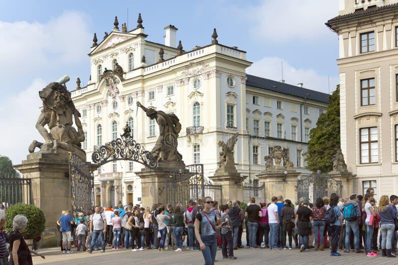 PRAGUE SEPTEMBER 15: Folkmassan av turister nära slott för ärkebiskop` s på slottfyrkanten nära den huvudsakliga ingången i Pragu arkivbild
