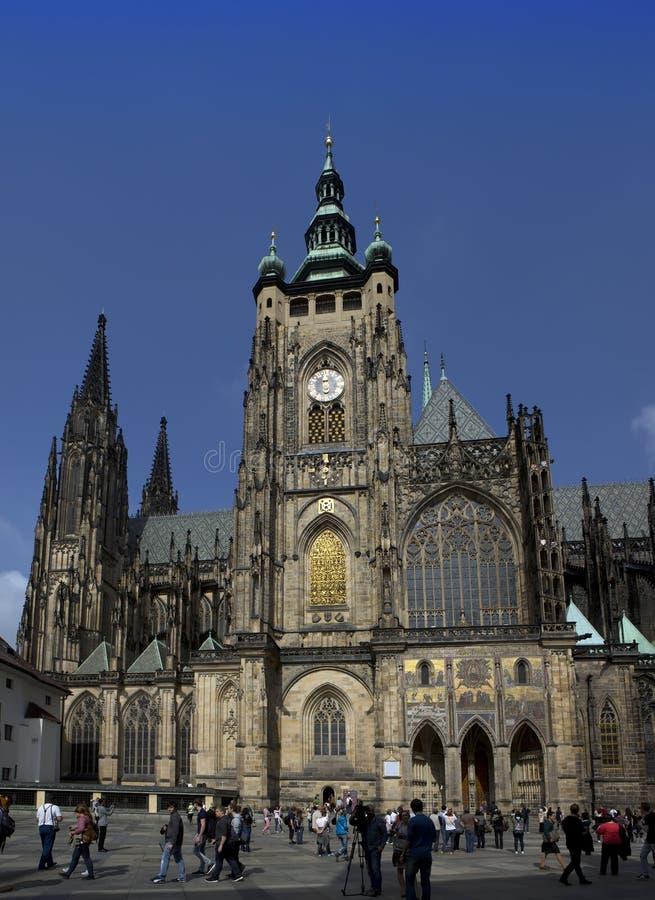 PRAGUE SEPTEMBER 15: Folkmassan av turister på fyrkanten framme av den helgonVitus domkyrkan på September 15, 2014 i Prague, tjec royaltyfri foto
