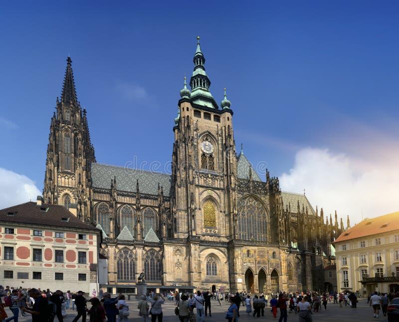 PRAGUE SEPTEMBER 15: Folkmassan av turister på fyrkanten framme av den helgonVitus domkyrkan på September 15, 2014 i Prague, tjec arkivbild