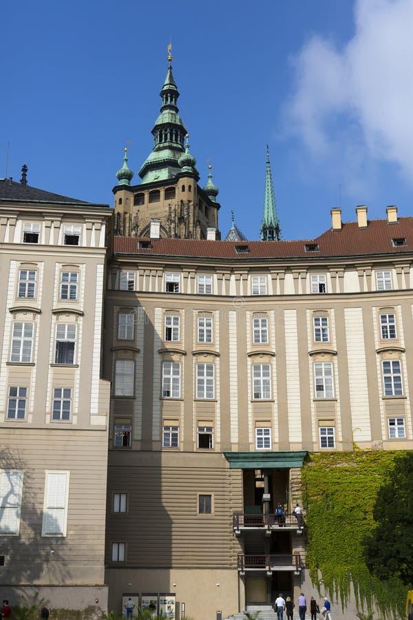 PRAGUE SEPTEMBER 15: Folkmassan av turister på fyrkanten framme av ingången till den gamla Royal Palace på September 15, 2014 I arkivbilder