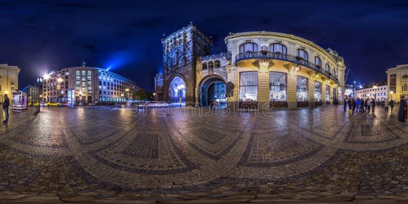 Prague - 2018: sfärisk panorama 3D av pulvertornet i Prague på natten med vinkel för visning 360 ordna till för virtuell verkligh arkivfoton