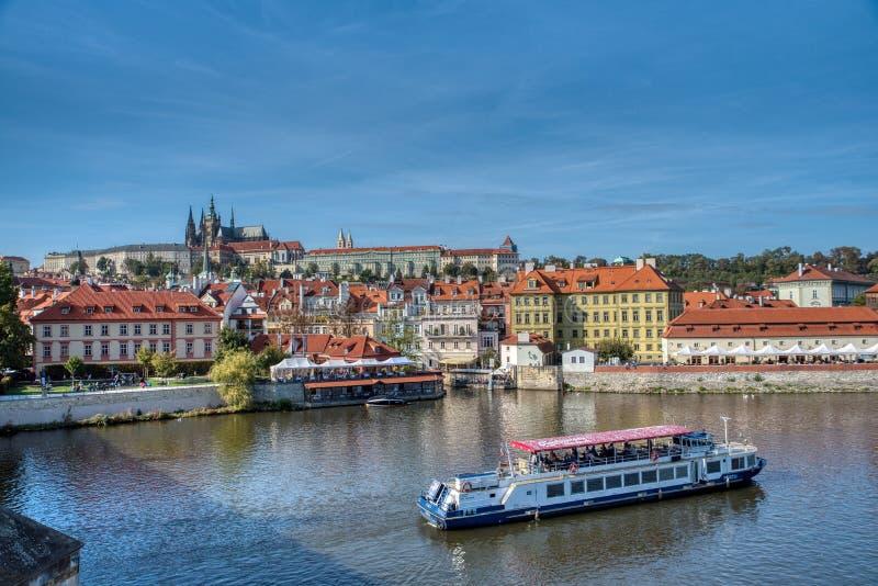 Prague sikt av den Prague slotten och vatten fotografering för bildbyråer