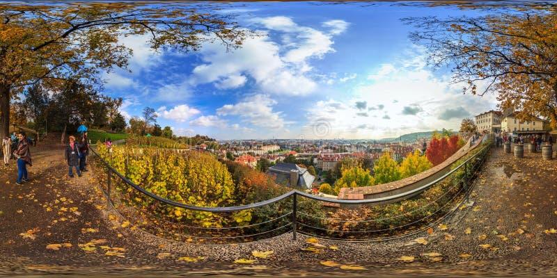 Prague - 2018: Sikt av staden av Prague sfärisk panorama 3D med vinkel för visning 360 ordna till för virtuell verklighet Full eq royaltyfria foton