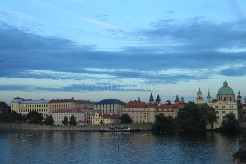 Prague Sikt från Charles Bridge på solnedgången fotografering för bildbyråer