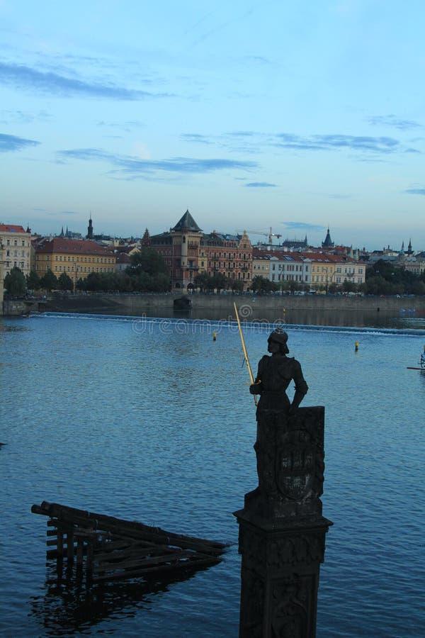 Prague Sikt från Charles Bridge på solnedgången royaltyfri bild