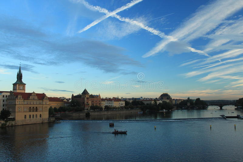 Prague Sikt från Charles Bridge på solnedgången Luftiga tvärgator arkivbilder