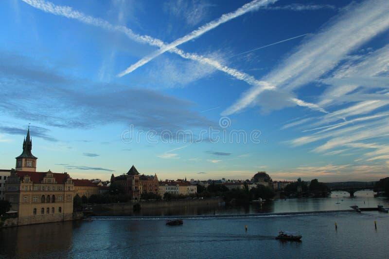 Prague Sikt från Charles Bridge på solnedgången Luftiga tvärgator royaltyfria bilder