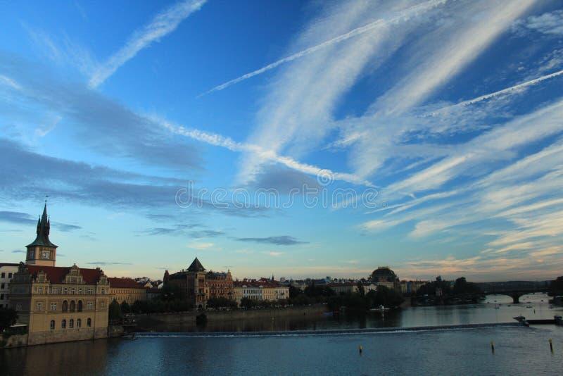 Prague Sikt från Charles Bridge på solnedgången Luftiga tvärgator royaltyfria foton