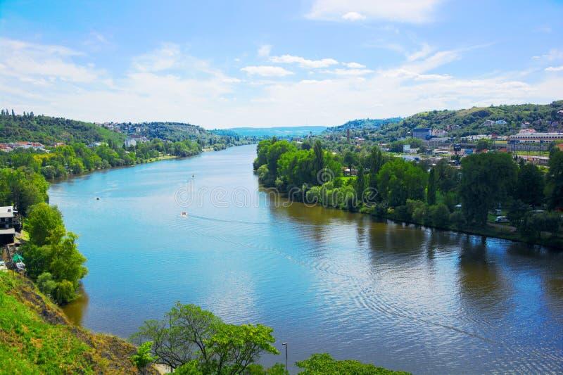 Prague sikt på Vltavaen från Vysehrad arkivbild