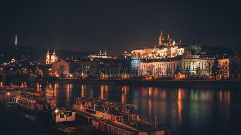 Prague slott från över floden royaltyfria foton