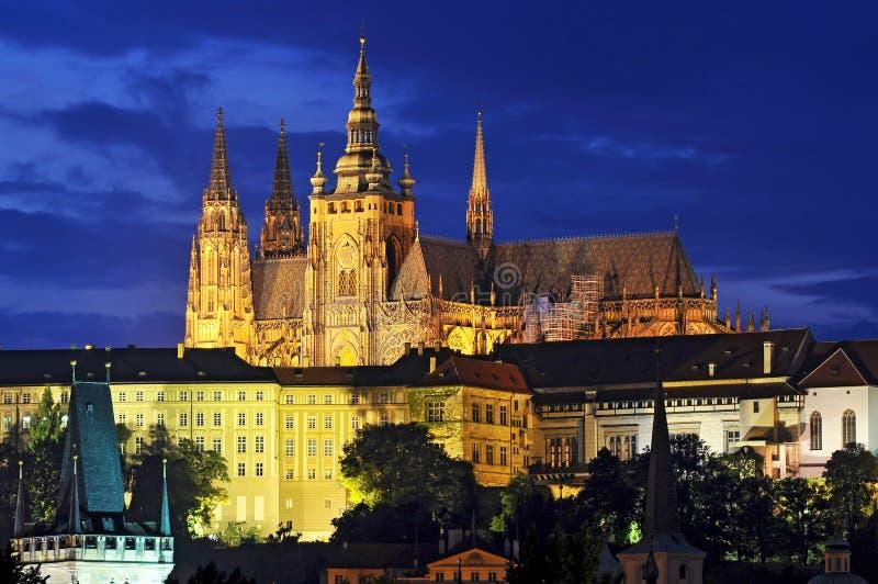 Prague slott i aftonen med den inklusive dekorativa belysningen, Tjeckien fotografering för bildbyråer