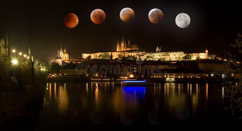 Prague slott i Tjeckien med sammanlagd förmörkelse av månen arkivfoton