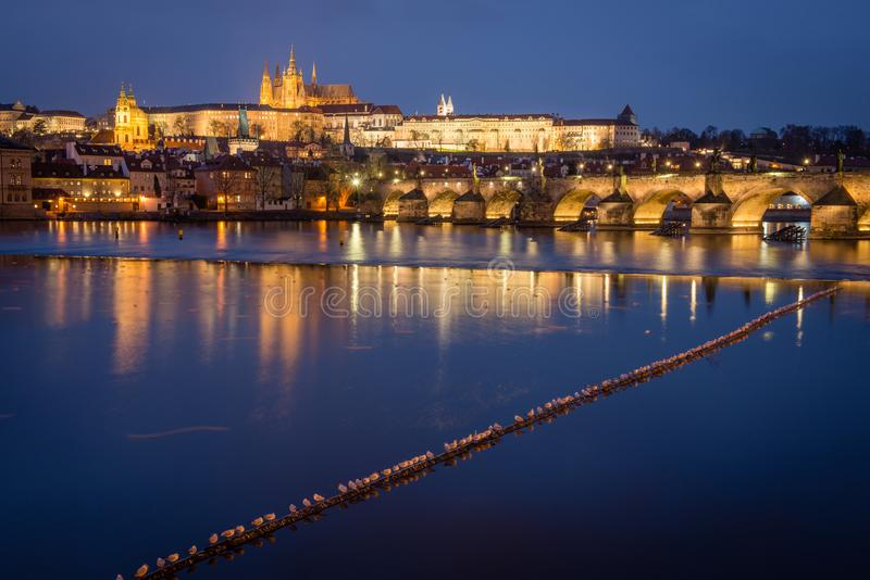 Prague slott och Charles Bridge på natten, Tjeckien royaltyfria foton