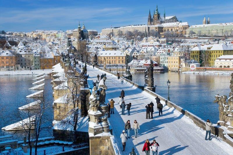 Prague slott och Charles bro, Prague (UNESCO), tjeckisk republi royaltyfri foto