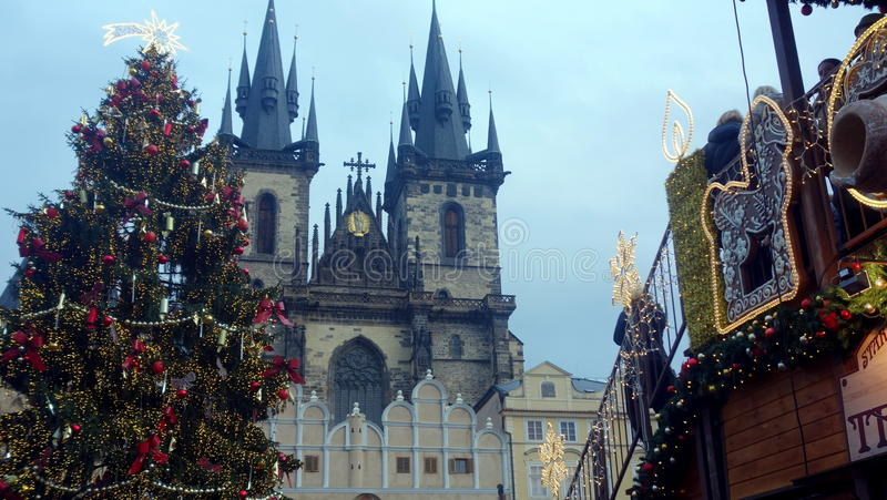 Prague slott på jul arkivfoton