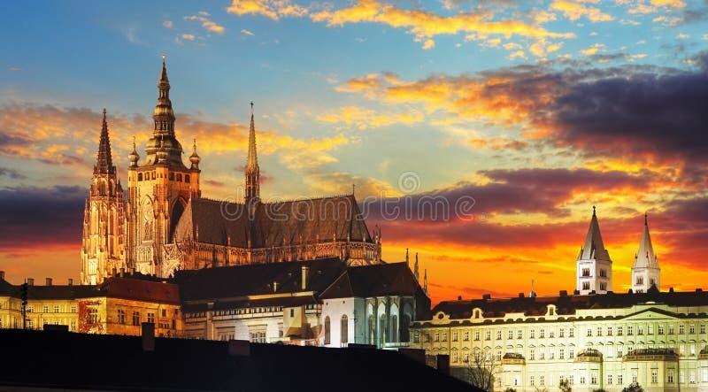 Prague slott på solnedgången royaltyfri bild