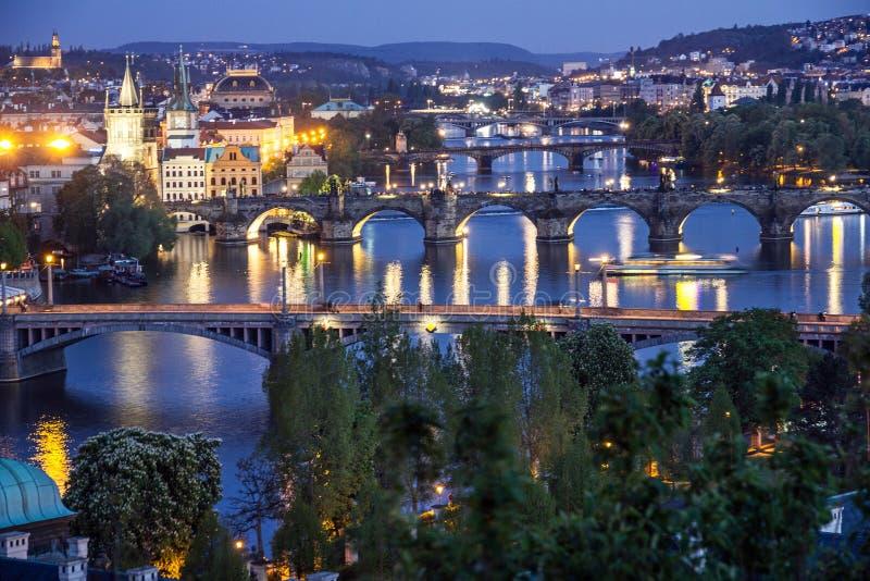 Prague solnedgångsikt av den gamla stadarkitekturen och Charles briden arkivfoto