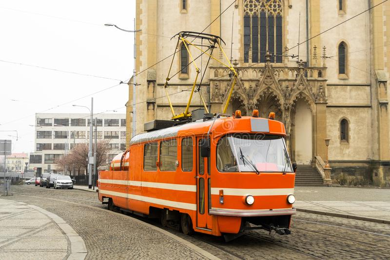 Prague som smörjer den orange spårvagnen arkivbild