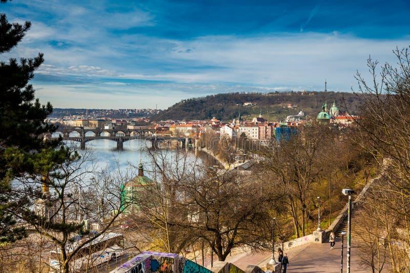 Prague stad som ses från den Letna kullen i en härlig tidig vårdag arkivbild