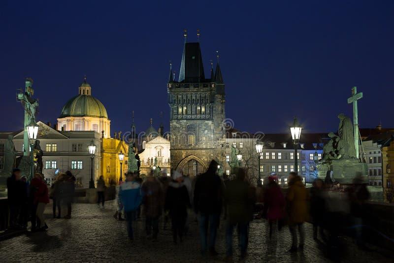 Prague Stadsnattsikten från den Charles bron royaltyfria foton
