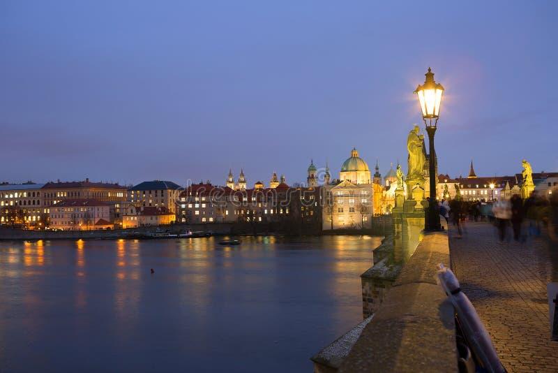 Prague Stadsnattsikten från den Charles bron arkivbilder
