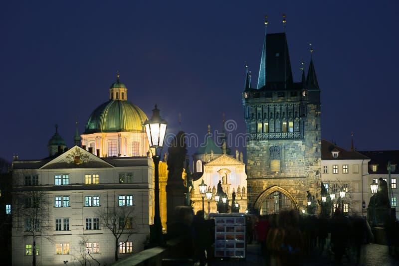 Prague Stadsnattsikten från den Charles bron royaltyfri fotografi