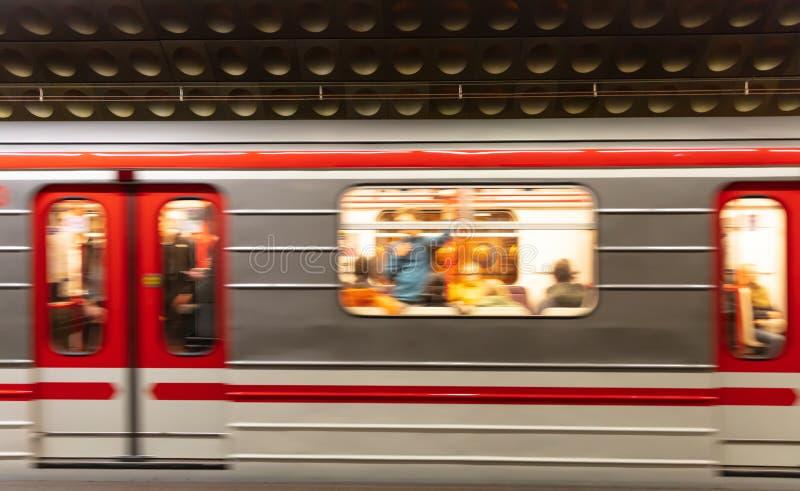 Prague, station de métro de Staromestska Brouillez le train dans le mouvement photo stock