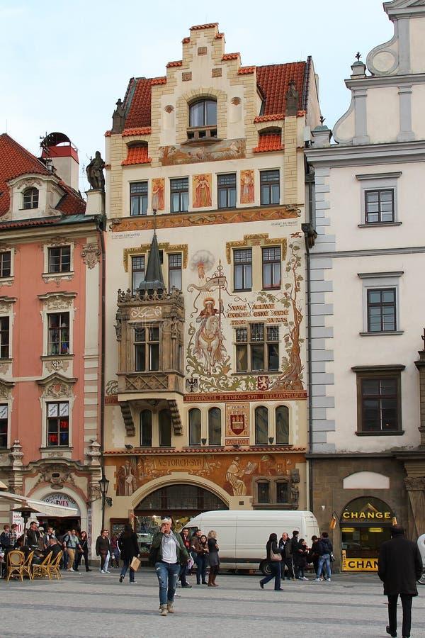PRAGUE, TCHÈQUE - 23 AVRIL 2012 : La Chambre de Storchov sur la vieille place, établie dans le style d'Art Nuovo, représente son  photographie stock