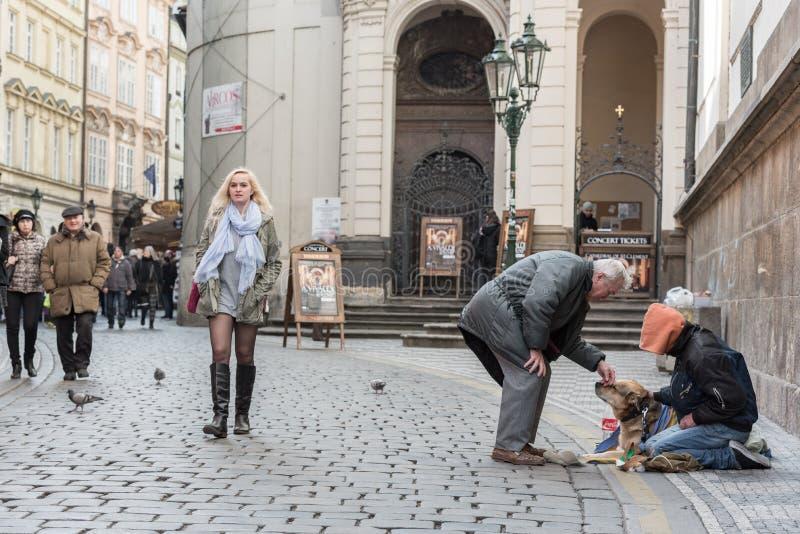 PRAGUE TJECK - MARS 14, 2016: Hemlöst folk i den Prague Karlova gatan tjeck arkivbilder