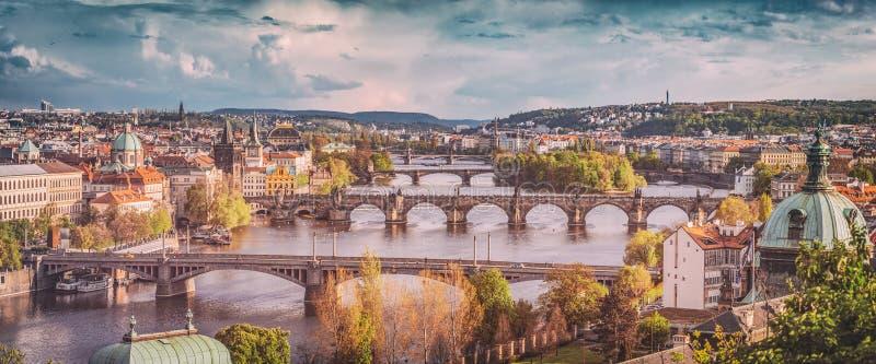 Prague Tjeckien överbryggar horisont med den historiska Charles Bridge och Vltava floden Tappning royaltyfri foto