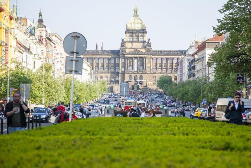 Prague Tjeckien - April 19, 2011: Byggnad Prague för nationellt museum på Wenceslas Square royaltyfri bild