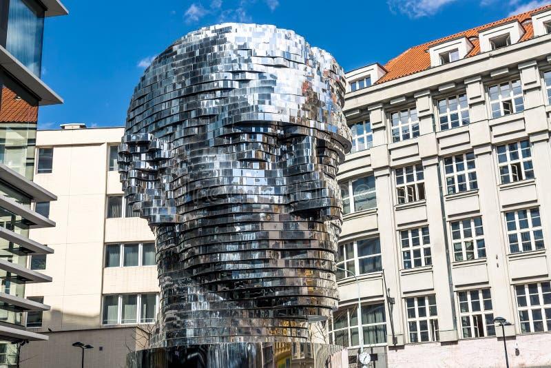 PRAGUE TJECKIEN - APRIL, 2018: Den roterande statyn av Franz Kafka head i Prague, Tjeckien mot blå himmel royaltyfri fotografi