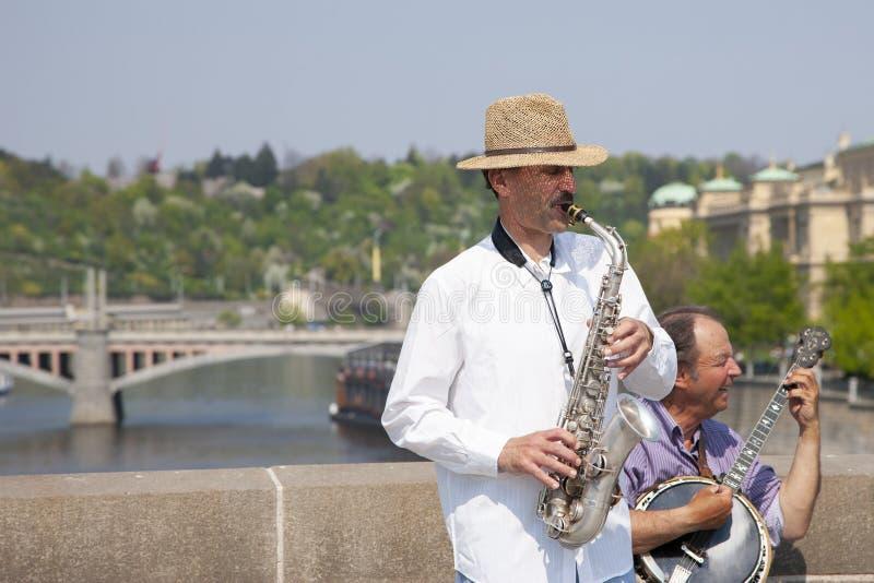 Prague Tjeckien - April 19, 2011: Kvartett av musiker som spelar musikinstrument för turister på gatan i Prague royaltyfri fotografi
