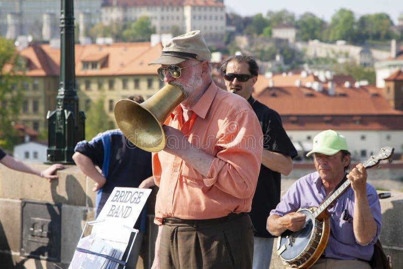 Prague Tjeckien - April 19, 2011: Kvartett av musiker som spelar musikinstrument för turister på gatan i Prague arkivbild