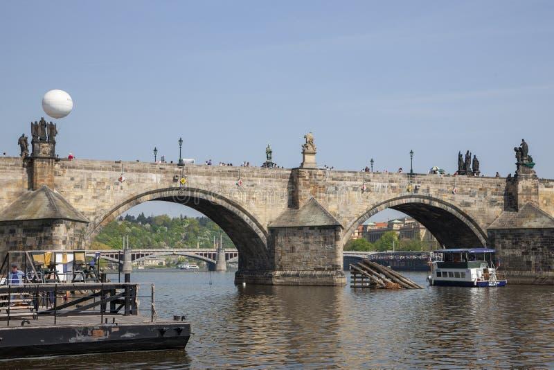 Prague Tjeckien - April 20, 2011: sikt av Mala Strana från den högra banken Nöjefartyg på floden arkivfoton