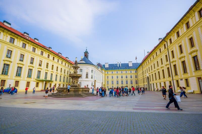 Prague Tjeckien - 13 Augusti, 2015: Sorrounding fyrkant för stor gul härlig byggnad med den stora vattenspringbrunnen arkivbild