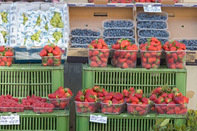 PRAGUE TJECKIEN 16-04-2019: Bär i marknaden - strawberryes, blackberryes, druva arkivbild