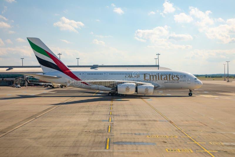 PRAGUE TJECKIEN - 19 06 2019: Boeing 777-300 A6-EBM av emiratflygbolag som ställer upp landningsbanan på Ruzyne eller Vaclav royaltyfri foto