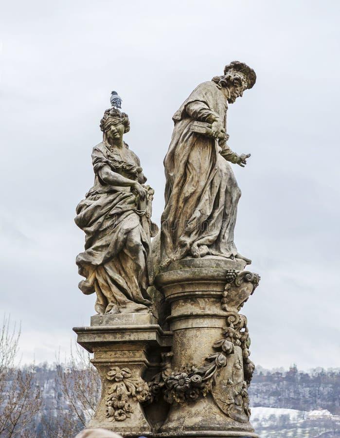Prague Tjeckien, Charles bro Skulptera 'St Ivo i Femidas samhälle `, arkivfoto