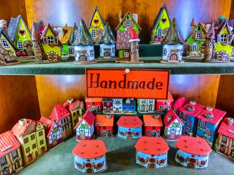 Prague Tjeckien - December 31, 2017: Shoppar keramiska korsvirkes- hus för leksak i souvenir i Prague arkivfoton