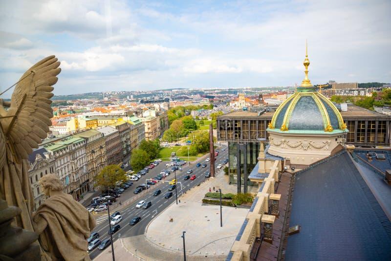 Prague Tjeckien - 6 05 2019: Flyg- sikt av Prague fr?n kupol av det nationella museet, Tjeckien fotografering för bildbyråer