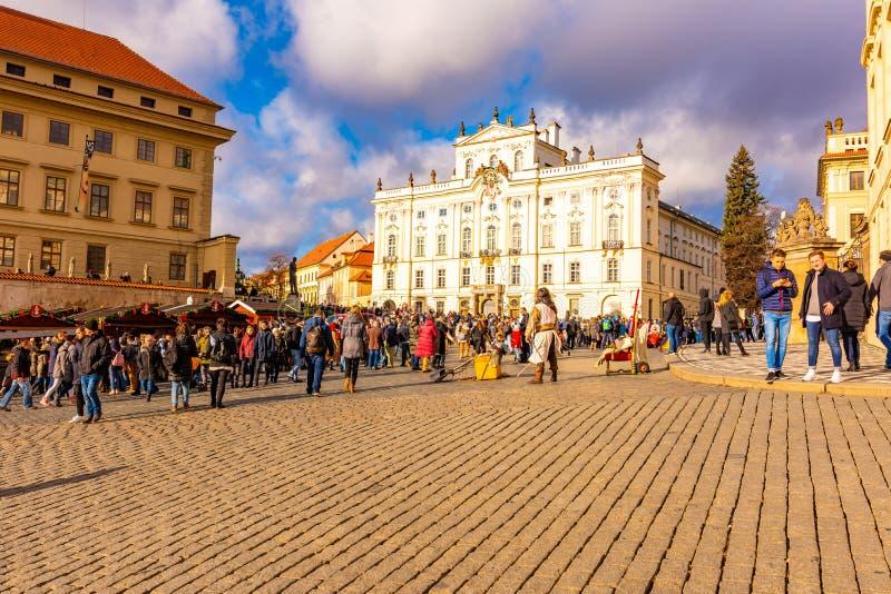 Prague Tjeckien - 1 12 2018: Fyrkant för Prague slott nära slottingången Hradcany i tjeck talar Uppehåll av tjecken arkivbild