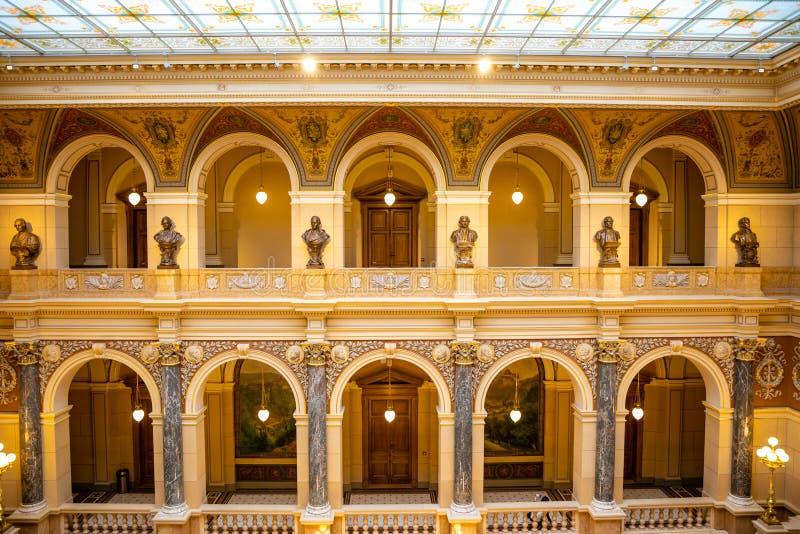 Prague Tjeckien - 6 05 2019: Interier av det nationella museet i neo-ren?ssans stil som f?r en tid sedan in renoveras i 2018 fotografering för bildbyråer