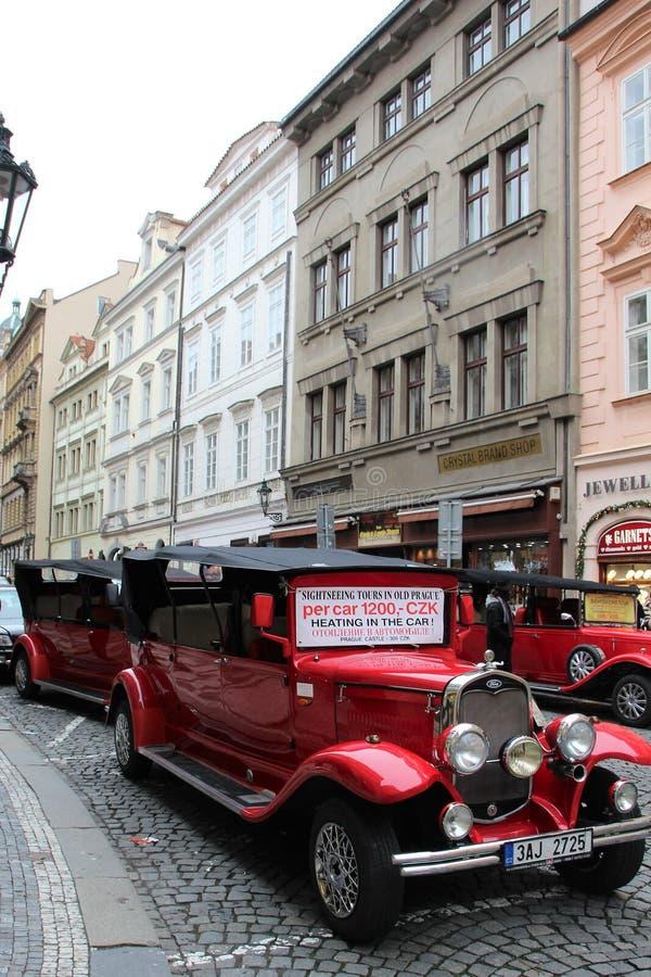 Prague Tjeckien, Januari 2015 Bilar stiliserad antikvitet på gatorna av den gamla staden arkivfoton